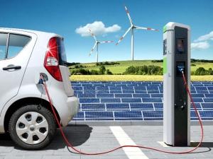 Elektroauto wird mit Solarstrom geladen
